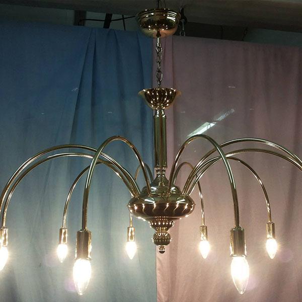 świecący żyrandol