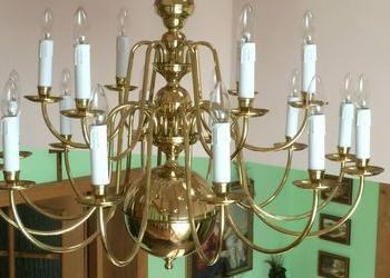 duży złoty żyrandol z białymi świecami 2