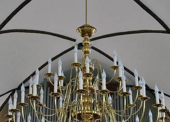 duży złoty żyrandol z białymi świecami