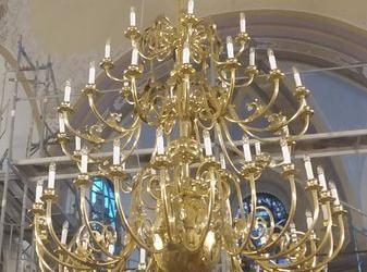 duży złoty żyrandol