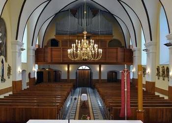 duży żyrandol na środku kościoła