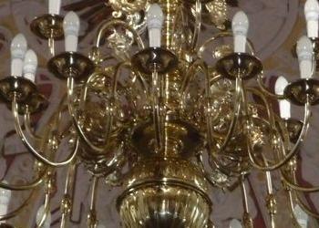 duży żyrandol wiszący w jakimś kościele
