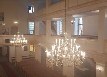dwa żyrandole w kościele