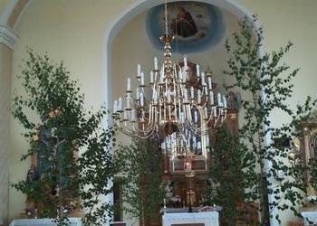 ogromny żyrandol w kościele