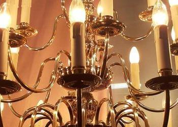 świecący żyrandol złoty