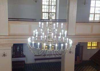 żyrandol wiszący w kościele