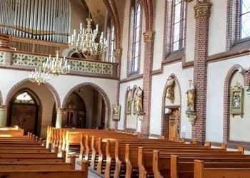 2 żyrandole wiszące w kościele