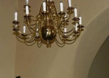 duży złoty żyrandol białe świeczki