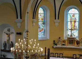 duży złoty żyrandol w kościele