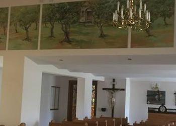 dwa żyrandole w kościele 3