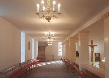 żyrandol na korytarzu w kościele